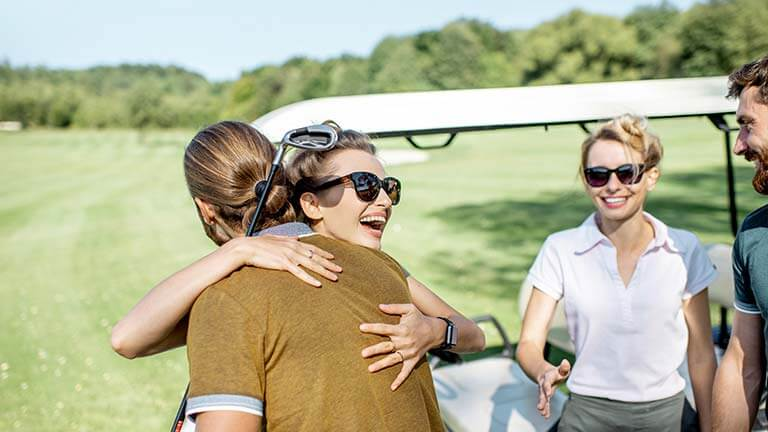 vänner som spelar golf